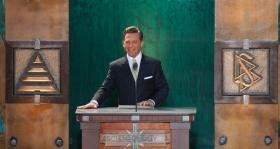 David Miscavige, chef ecclésiastique de la religion de Scientologie et Président du conseil d'administration du Religious Technology Center, a présidé l'inauguration de la nouvelle Église de Scientologie dans l'État de Washington.
