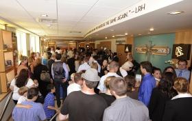 À l'ouverture de la nouvelle Église de Scientologie de Washington, les personnes présentes ont visité le bâtiment en brique et en verre de 3205 mètres carrés au 300 West Harrison, à Queen Anne.