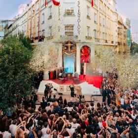 L'inauguration de l'Église, située dans le quartier madrilène des lettres, a signifié une nouvelle ère de liberté religieuse en Espagne, et des hommes de loi ainsi que des leaders en matière de religion et des droits de l'Homme ont proclamé que la Scientologie représentait un espoir pour leur pays.