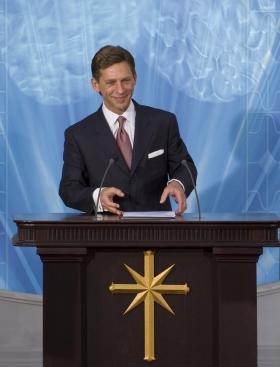 David Miscavige, chef ecclésiastique de la religion de Scientologie, a inauguré l'Église nationale de Scientologie d'Espagne en accueillant les milliers de personnes présentes dans leur nouvelle Église.
