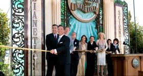 David Miscavige a conduit la cérémonie d'inauguration, accompagné de cadres de l'Église et d'invités spéciaux, et a ouvert officiellement les portes de l'Église de Scientologie et Celebrity Centre de Nashville.