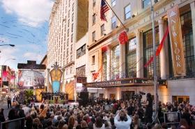 Immédiatement après l'inauguration de l'Église de Scientologie de New York, les visiteurs sont entrés pour regarder la nouvelle Église de New York.