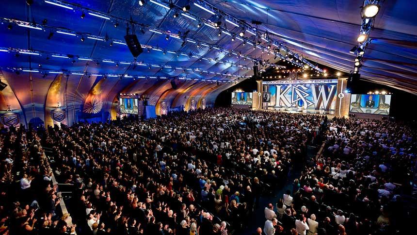 Shromáždění Mezinárodní asociace Scientologů, které se odehrává každý rok v Anglii
